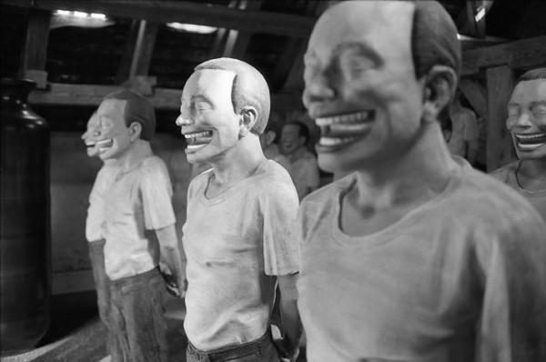 Yue Minjun, Liberty Leading the People (Zi You Yin Dao Ren Min), bronze polychrome, 1995. © Guillaume de Sardes