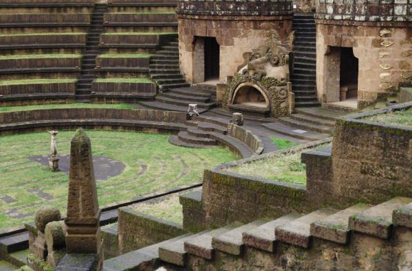 """Vue partielle du """"theatrum mundi"""", l'un des multiples amphithéâtres qui se succèdent, suivant les déclivités naturelles du terrain (accentuées et remodelées par Buzzi) dans tout l'espace de la Scarzuola."""