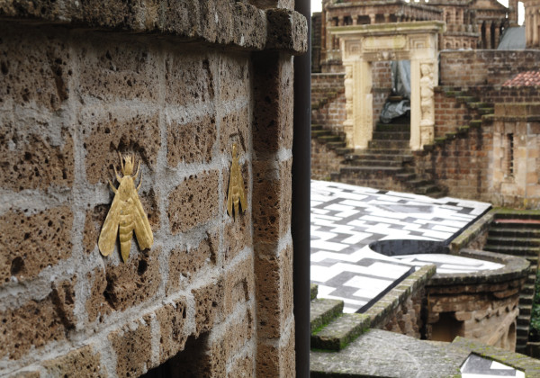 """L'une des multiples """"signatures de Buzzi disséminées tout au long des monuments : l'abeille, insecte qui bourdonne, Buzzica en italien, Buzz en anglais ."""