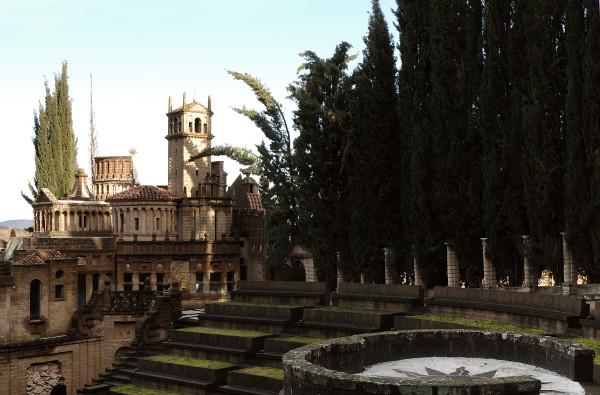 """vue partielle du """"theatrum mundi"""" et de l'""""acropole"""" qui rassemble à l'echelle réduite colisée, parthénon, temple de Vesta, arc de triomphe et autres monuments phares de l'histoire de l'architecture."""